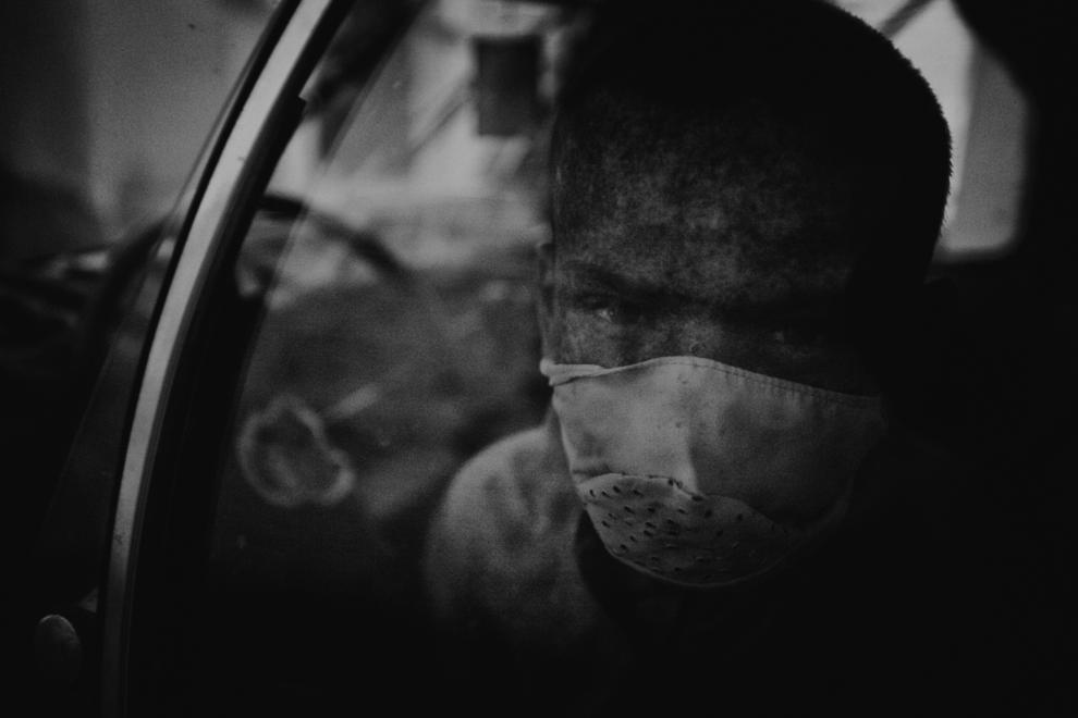 Zied Ben Romdhane ,13-Yacin_wears_a_mask_over_the_lower_part_of_his_face__while_waiting_for_his_father_in_the_car